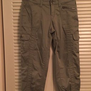 Woman's 6 Cotton Spandex Olive Green Cargo Capris